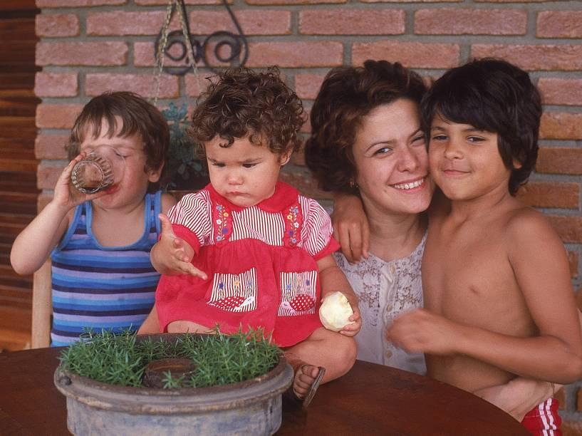 Elis Regina com os filhos João Marcello, Pedro e Maria Rita em 1978