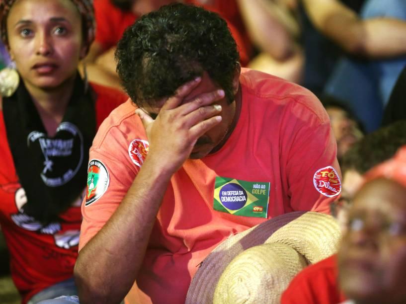 Manifestante contra o impeachment sofre ao assistir votação na Câmara dos Deputados, em Brasília - 17/04/2016