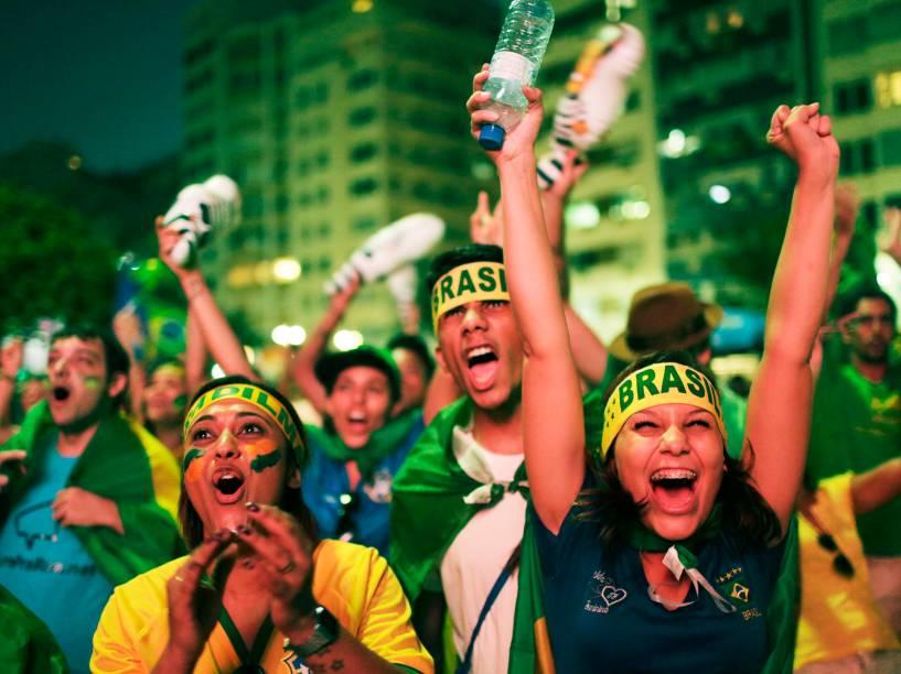 Em Copacabana, manifestantes comemoram os votos positivos da Câmara dos Deputados ao Impeachment da presidente Dilme Rousseff, no Rio de Janeiro - 17/04/2016