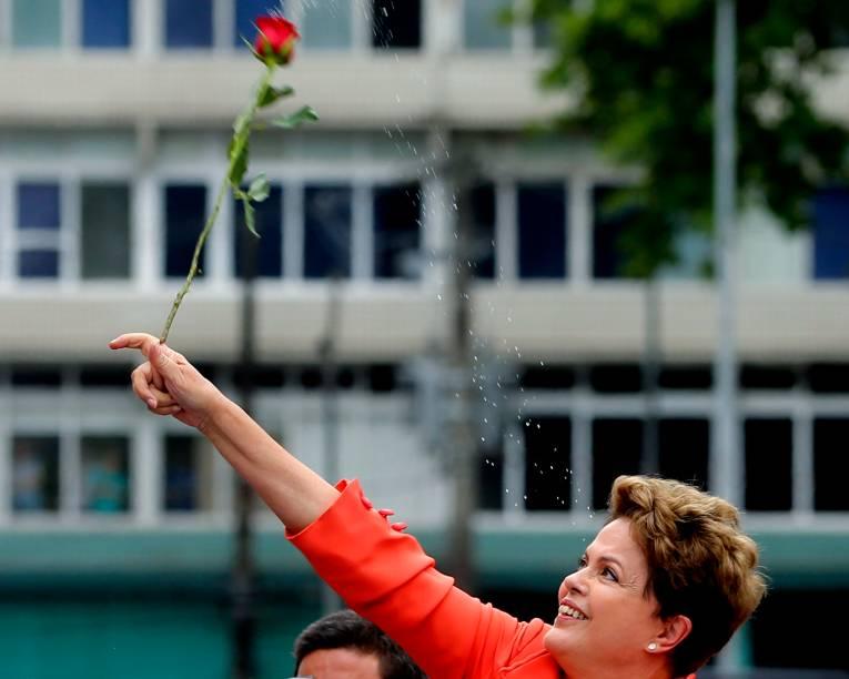 A presidente candidata à reeleição, Dilma Rousseff (PT), durante campanha em Santos, litoral paulista