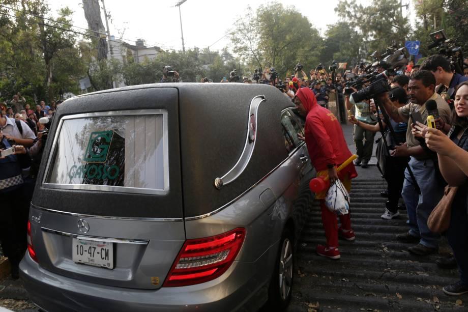 Fã vestido de Chapolin perseguiu o carro que levou o caixão de Roberto Bolaños