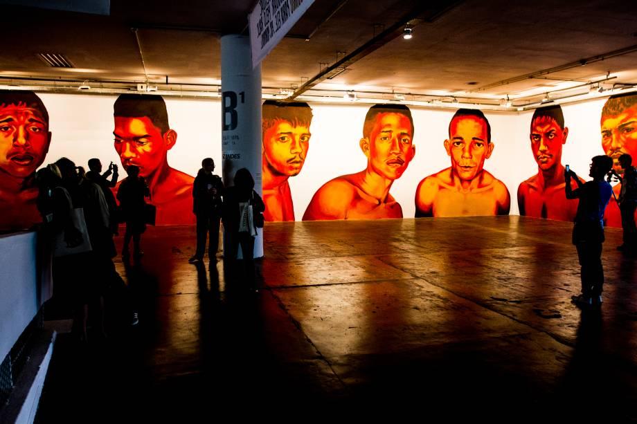 Os retratos de criminosos anônimos estampados em páginas policiais de jornais paraenses transformados em pinturas gigantes na obra de Éder Oliveira
