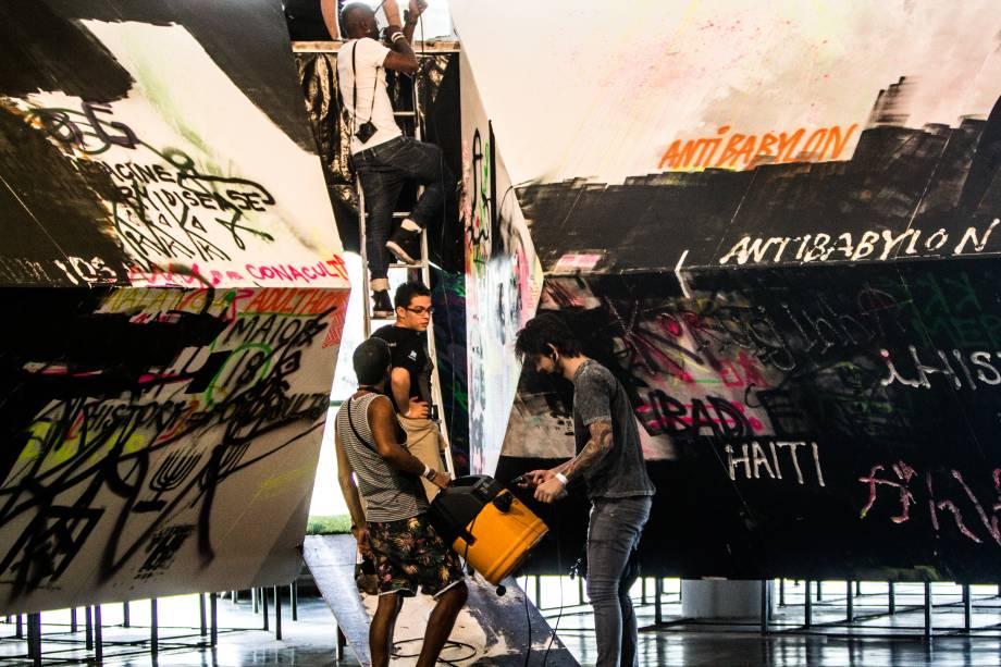 Artistas finalizam a obra AfroUFO, antes da abertura da Bienal para o público