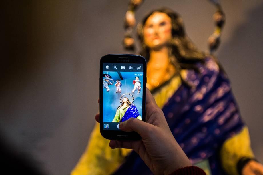 Público fotografa obra na 31ª Bienal de Artes de São Paulo