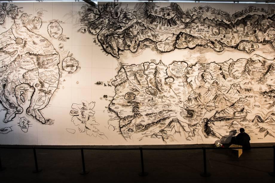 O artista chinês Qiu Zhijie finaliza a obra Map (Mapa), que foi traçada na parede da rampa que sai área Parque e que desaparecerá assim que a exposição for encerrada, em dezembro