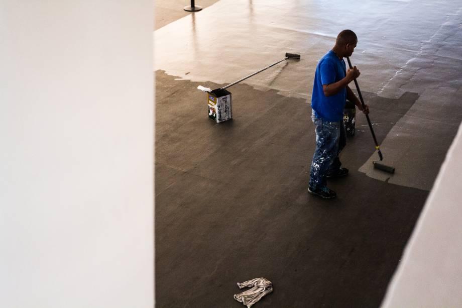 Funcionários realizam os últimos ajustes antes da abertura da Bienal de Artes de São Paulo no Ibirapuera
