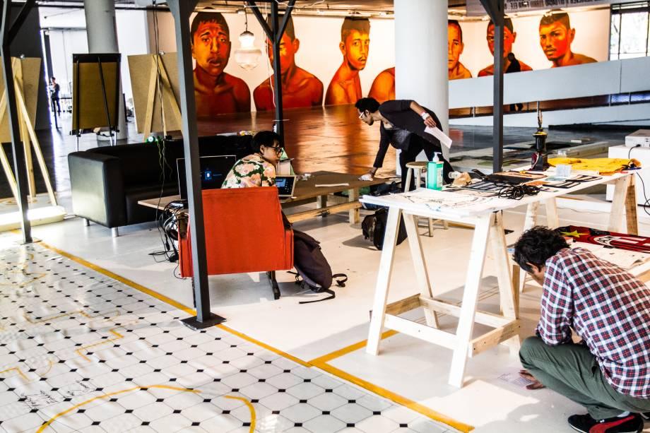 Artistas finalizam obra antes da abertura da Bienal para o público