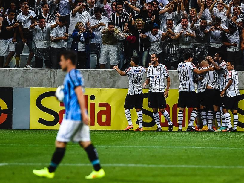 Jogadores comemoram gol de Guerrero na vitória do Corinthians sobre o Grêmio no Itaquerão - 23/11/2014
