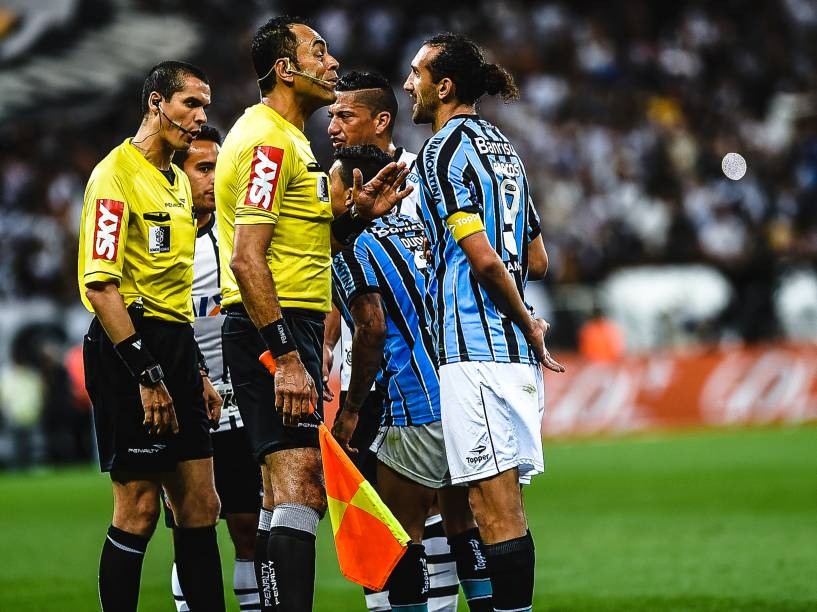 O atacante Barcos do Grêmio, reclama com a arbitragem na partida contra o Corinthians - 23/11/2014