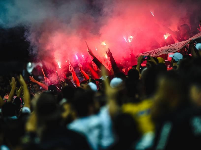 Torcedores do Corinthians acendem sinalizadores durante partida contra o Grêmio no Itaquerão - 23/11/2014