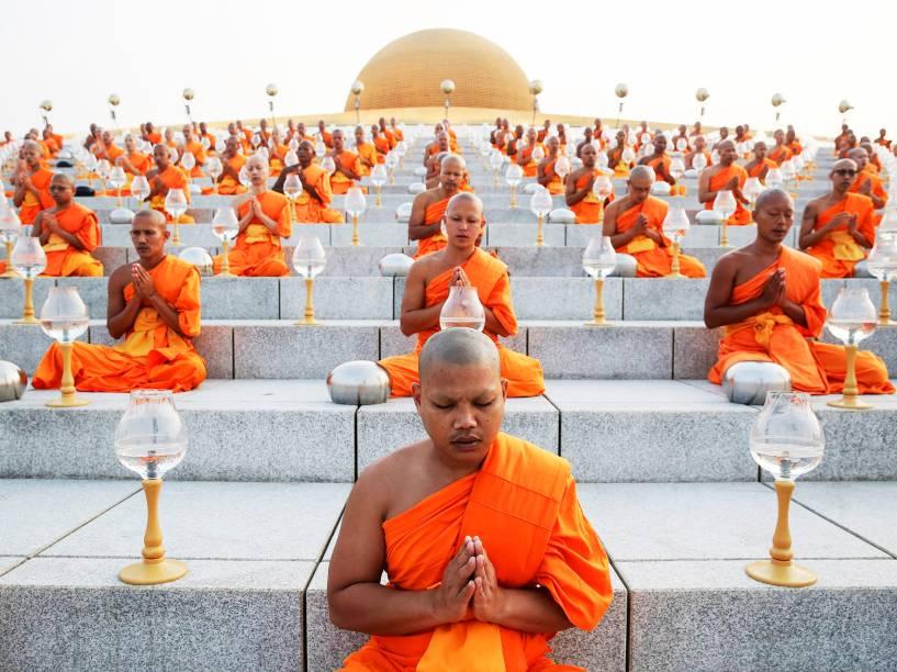Monges budistas em cerimônia de doações no templo de Wat Phra Dhammakaya, em Pathum Thani, Tailândia - 04/03/2015
