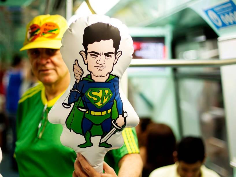 Manifestantes chegam de metrô, ao protesto contra o governo de Dilma Rousseff,, na Avenida Paulista, em São Paulo (SP), na tarde deste domingo (13)