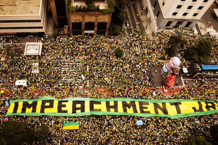 Manifestantes na Avenida Paulista, em São Paulo, para o protesto contra o Governo Dilma, neste domingo (13), pedindo o impeachment da presidente petista e o fim da corrupção