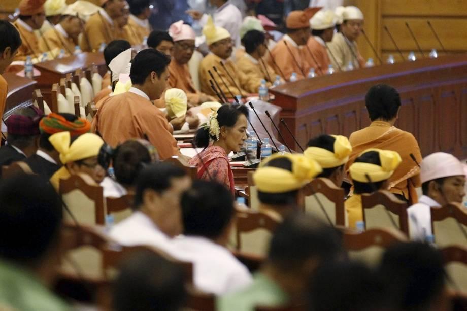 A líder da Liga Nacional para a Democracia (NLD) e Prêmio Nobel da Paz Suu Kyi participa da abertura do ano parlamentar em Mianmar. O Congresso do país foi constituído nesta segunda-feira com os novos deputados escolhidos nas últimas eleições, e no qual o partido de Suu Kyi terá maioria suficiente para formar o governo