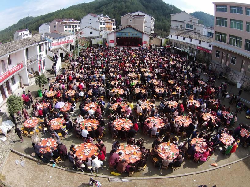 """<a href=""""http://folhapress.folha.com.br/foto/6190565"""" rel="""""""">Moradores fazem almoço para celebrar o Festival da Primavera em Taizhou, província de Zhejiang, na China, nesta quinta-feira</a>"""