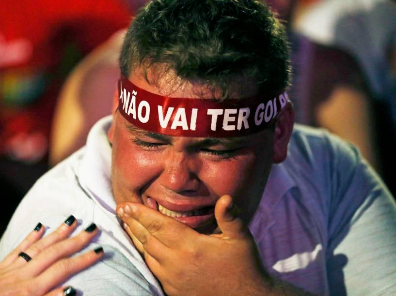 Manifestante petista lamenta por causa de votos a favor ao impeachment na Câmara dos Deputados, em Brasília - 17/04/2015