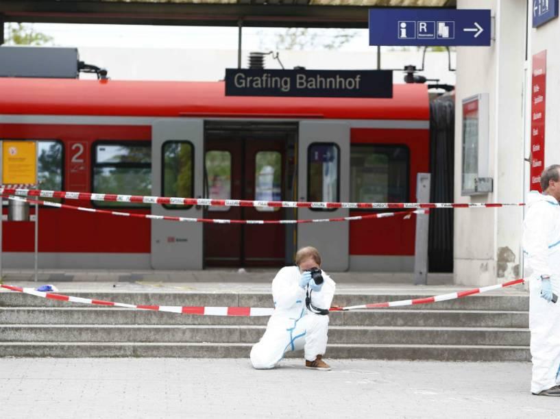 Investigadores trabalham na estação de trem de Grafing, na Alemanha, onde ataque a faca deixou uma pessoa morta