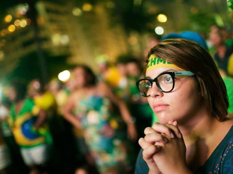 No Rio de Janeiro, manifestantes a favor do Impeachment torcem para que o processo tome continuidade da Câmara dos Deputados, enquanto a votação é transmitida em um telão na praia de Copacabana - 17/04/2016