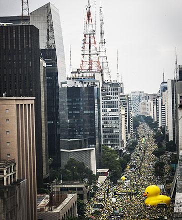 Milhares de pessoas participam da manifestação realizada na Avenida Paulista, em São Paulo, contra o Governo Dilma Rousseff, neste domingo (13), pedindo o impeachment da presidente petista e o fim da corrupção