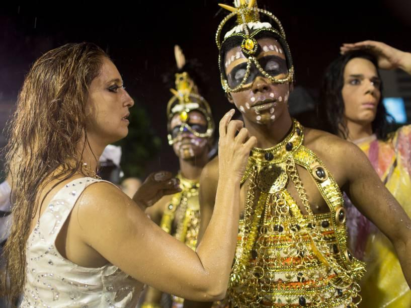 Integrantes da Viradouro fazem últimos ajustes antes do primeiro dia de desfiles do grupo especial na Marquês de Sapucaí (RJ)