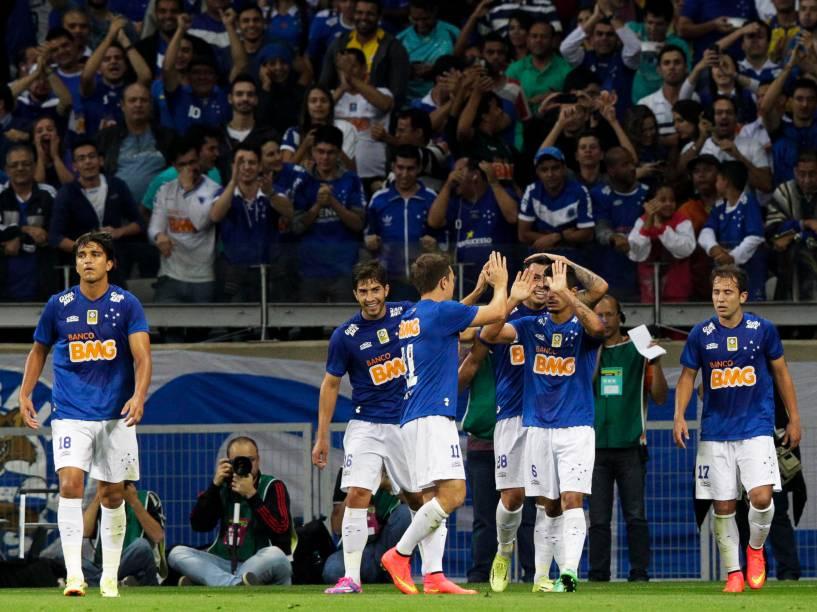 Jogadores do Cruzeiro comemoram gol de Everton Ribeiro em jogo contra o time do Vitória - 17/07/2014