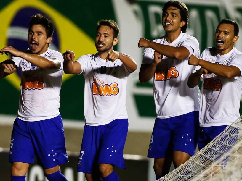 Marcelo Moreno comemora, com seus companheiros do Cruzeiro, gol contra o time do Goiás - 24/8/2014