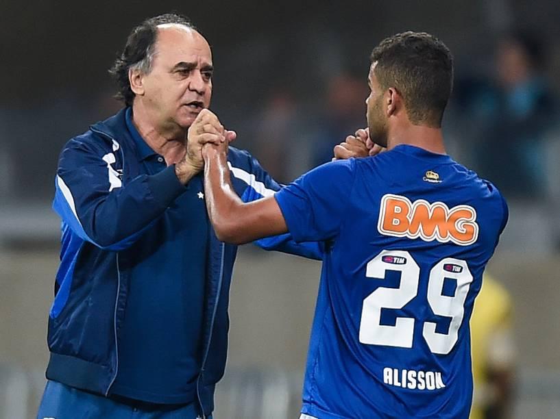 Alisson, jogador do Cruzeiro, comemora gol com o técnico Marcelo Oliveira durante jogo contra o Atlético-PR - 17/9/2014