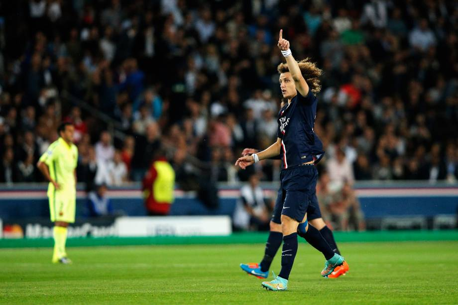 David Luiz marcou o primeiro gol da partida após cobrança de falta de Lucas