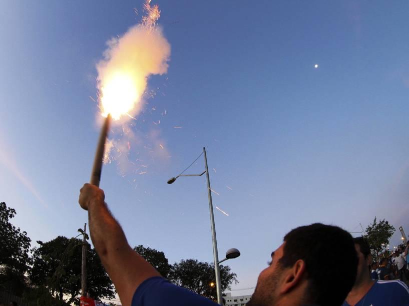 Torcedor do Cruzeiro segura um sinalizador antes de partida contra o Internacional - 4/10/2014