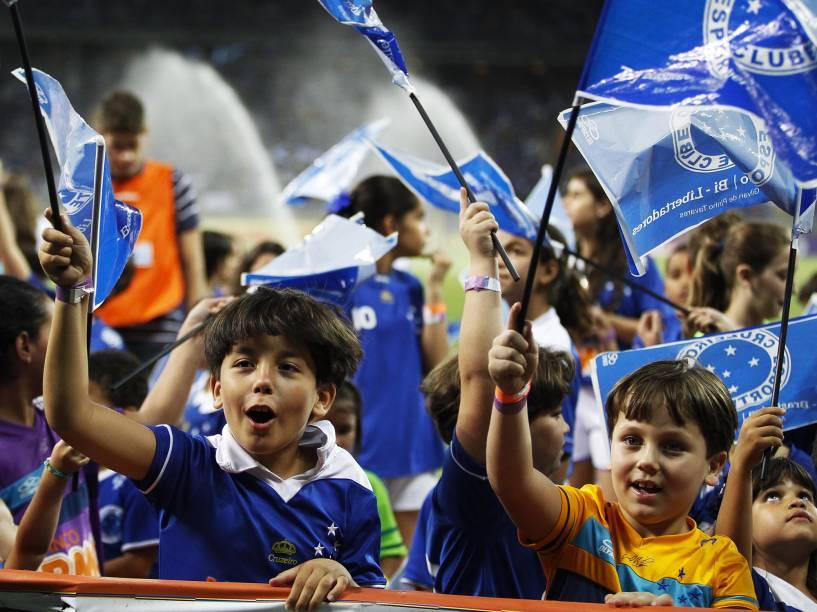 Pequenos torcedores do Cruzeiro entram em campo com o time antes do jogo contra o Criciúma pelo Campeonato Brasileiro - 09/11/2014