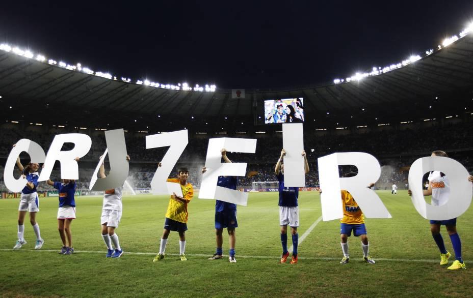 Torcedores mirins do Cruzeiro formam o nome do time com letras de papelão antes do jogo contra o Criciúma pelo Brasileirão - 9/11/2014