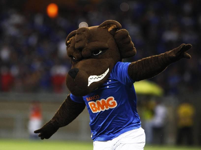Mascote do Cruzeiro, a raposa, entra em campo antes do jogo contra o Criciúma - 9/11/2014