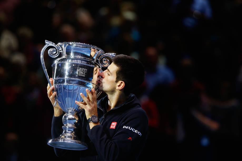 Djokovic beija o troféu de melhor jogador do mundo na temporada de 2014