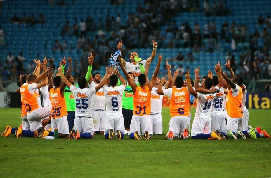 Jogadores do Cruzeiro fazem uma oração após o jogo contra o Grêmio, fora de casa, pelo Campeonato Brasileiro - 20/11/2014