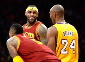 LeBron James e Kobe Bryant em partida entre Cleveland Cavaliers e Los Angeles Lakers