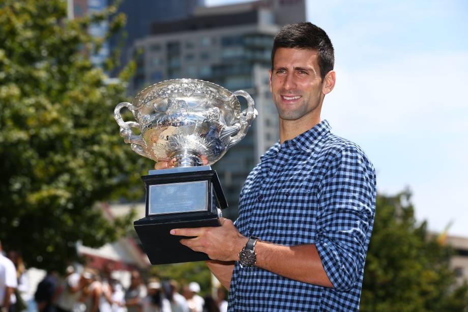 O tenista sérvio Novak Djokovic, campeão pela quinta vez do Aberto da Austrália, posou com o troféu na Universidade de Melbourne - 02/02/2015