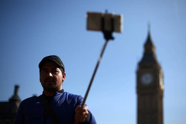 """Além de Wimbledon, times como Tottenham e Arsenal, da Inglaterra, também proibiram o """"pau-de-selfie"""" em seus estádios"""