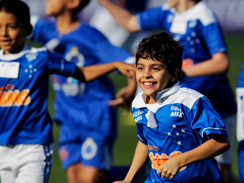 Pequeno torcedor do Cruzeiro entra em campo com outras crianças antes do jogo contra o São Paulo pelo Brasileirão - 27/4/2014