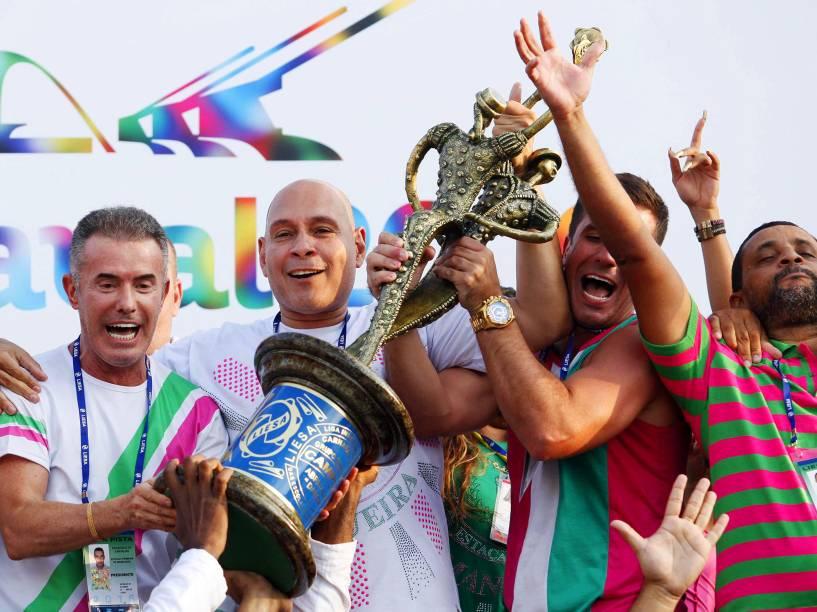 A escola de samba Estação Primeira de Mangueira recebendo o título de campeã do carnaval 2016 após a apuração dos resultados das escolas de samba do grupo especial do Carnaval 2016, no Sambódromo Marquês de Sapucaí, no Rio de Janeiro (RJ), nesta quarta-feira (10).