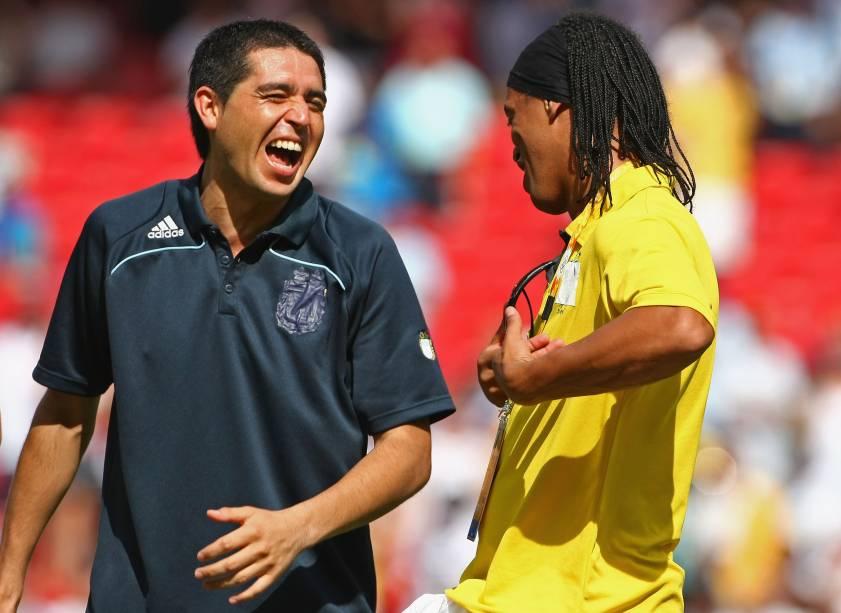 Riquelme conversa com Ronaldinho Gaúcho na premiação da Olimpíada de Pequim, em 2008. Argentina foi ouro e Brasil bronze