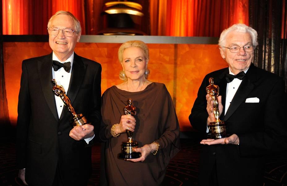 Lauren Bacall recebe Oscar honorário em 2009 ao lado do diretor Roger Corman (esquerda) e do diretor de fotografia Gordon Willis