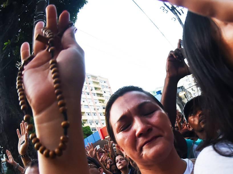 Fiéis acompanham a procissão do Círio pelas ruas da cidade de Belém, na manhã deste domingo (11)