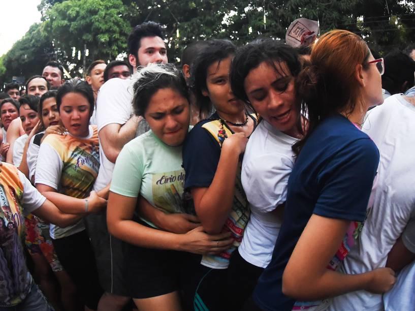 Multidão acompanha a procissão do Círio pelas ruas da cidade de Belém, na manhã deste domingo (11)
