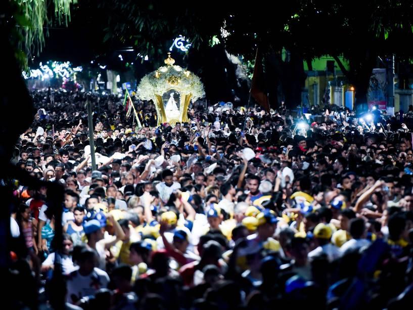 Trasladação da Imagem de Nossa Senhora de Nazaré na noite de sábado (10), seguindo rumo à Catedral Metropolitana de Belém (PA) onde se realiza a Santa Missa na manhã de domingo, dando início anualmente a maior procissão católica do mundo