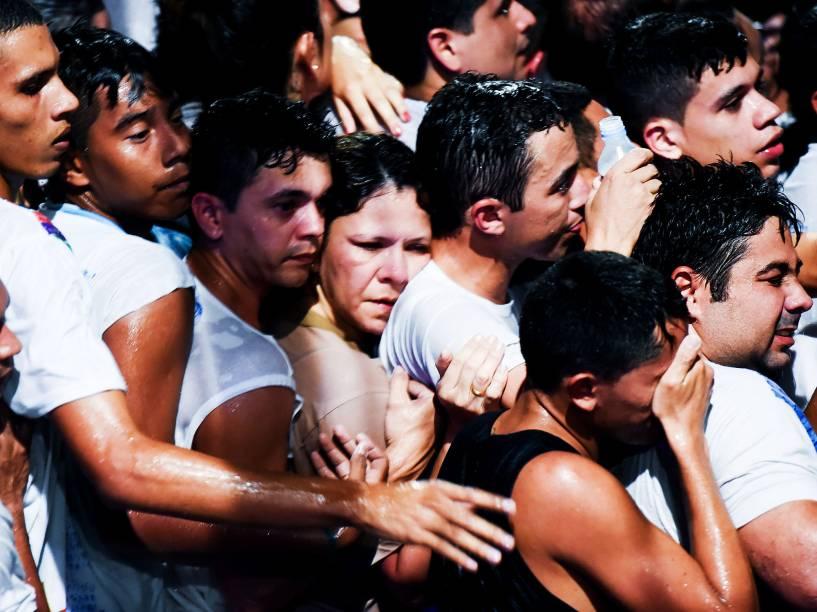 Aproximadamente dois milhões de pessoas participam da 223ª edição do Círio de Nazaré, a maior procissão católica do Brasil, realizada neste domingo (11), em Belém