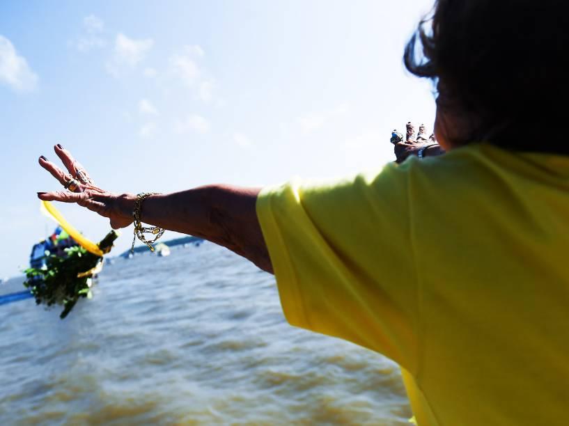 Após uma missa celebrada em Icoaraci, com bênção do Arcebispo Metropolitano de Belém, Dom Alberto Taveira, a imagem peregrina de Nossa Senhora de Nazaré segue pelas águas da baía do Guajara durante a Romaria Fluvial, neste sábado (10), no Pará