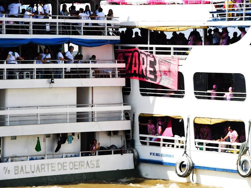 A terceira romaria do Círio de Nazaré é o círio fluvial, onde várias embarcações seguem a imagem da Virgem Maria na orla da capital paraense, neste sábado (10). A imagem da santa é transportada no navio da Marinha do Brasil