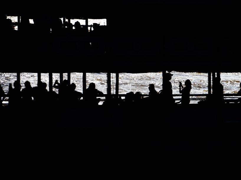 O traslado da berlinda sai com a imagem peregrina de Nossa Senhora de Nazaré de Icoaraci até a Estação das docas em Belém, PA, neste sábado (10)