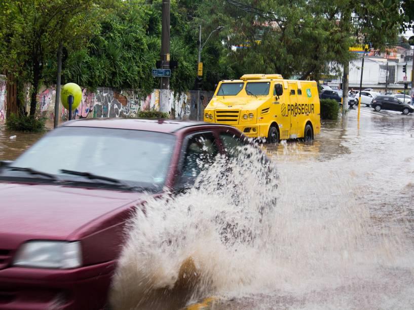 Alagamento na Freguesia do Ó, devido a forte chuva que atingiu a região na tarde desta quinta-feira (25)