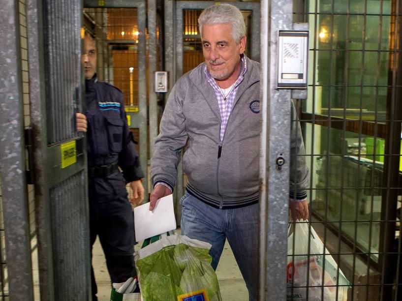 Henrique Pizzolato, ex-diretor de Marketing Banco do Brasil, condenado no processo do mensalão, deixa a prisão de Modena, na Itália, na terça-feira (28)